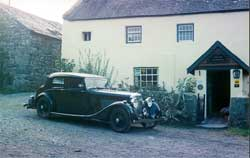 car outside Llwyndu
